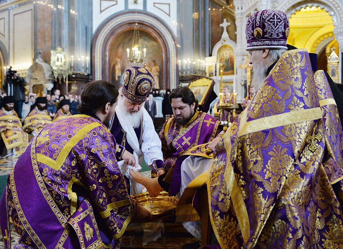 Патриаршее служение в Великий четверг в Храме Христа Спасителя в Москве. Чин умовения ног