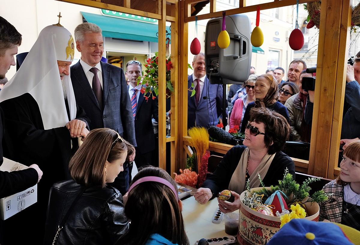 Посещение ярмарки «Пасхальный дар» на Никольской улице в Москве
