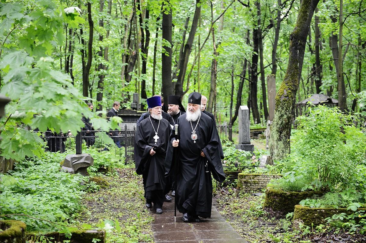 атриарший визит в Санкт-Петербург. Посещение Смоленского кладбища