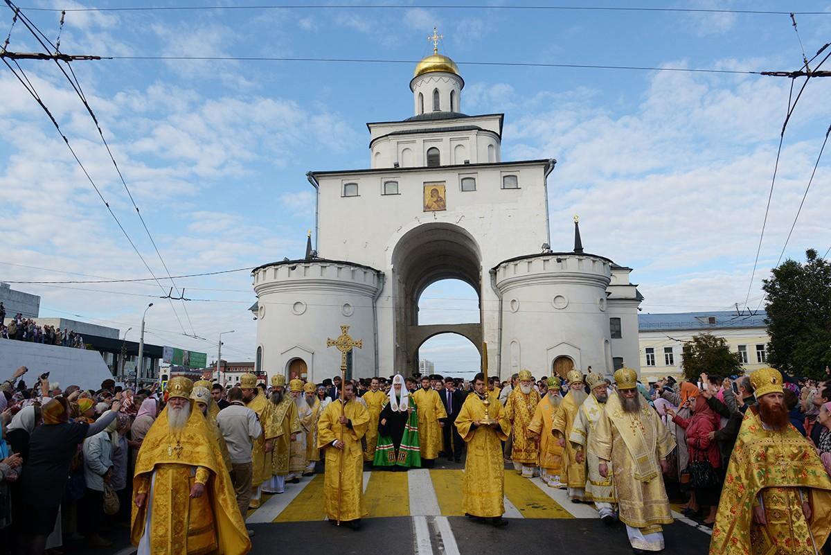 Патриарший визит во Владимир. Крестный ход от Золотых ворот
