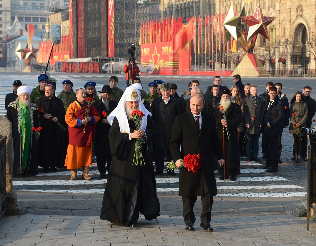 Церемония возложения цветов к памятнику Кузьме Минину и Дмитрию Пожарскому на Красной площади в Москве