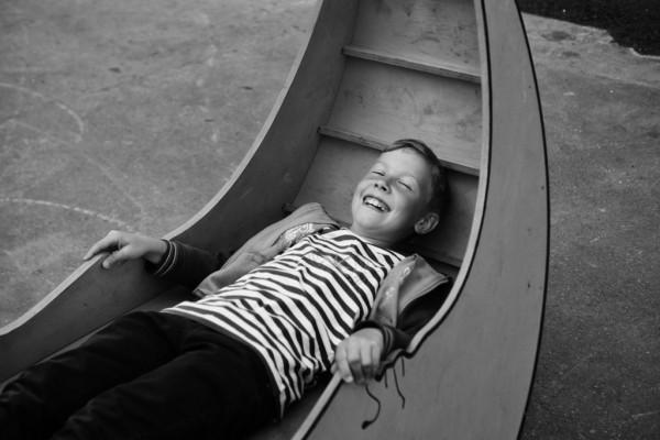 Мальчик радуется жизни и улыбается в камеру в Парке Культуры
