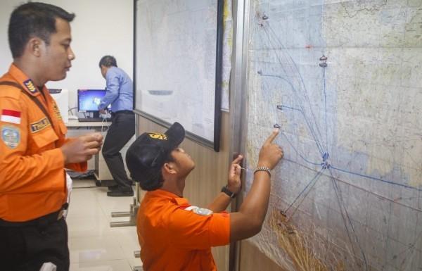 Спасатели обнаружили топливные пятна на месте поисков пропавшего лайнера AirAsia