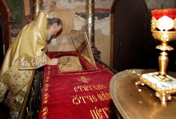 Святейший Патриарх Кирилл у раки с мощами святителя Петра