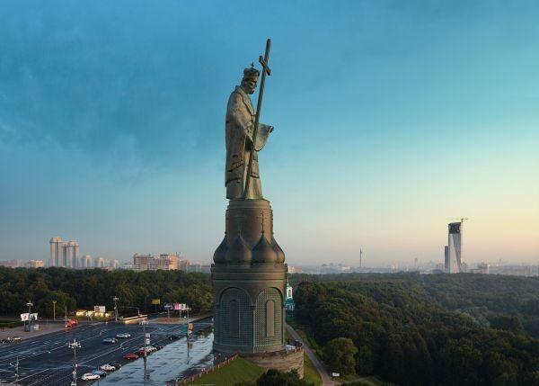 Памятник святому Владимиру. Всё понятно, но ничего не движется