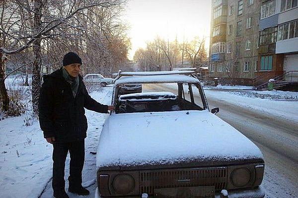 Жители Омска купили автомобиль пенсионеру, у которого хулиганы сожгли машину