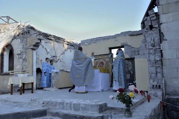 Литургия на руинах храма в Кировском
