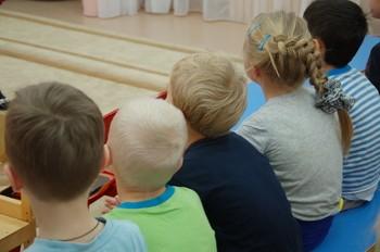 Около 63 тысяч сирот в России устроят в приемные семьи по итогам 2014 года