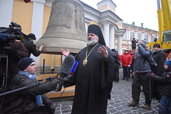Самый большой колокол Александро-Невской лавры поднят на колокольню Свято-Троицкого собора