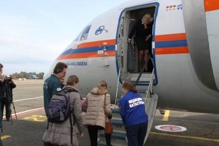 Трое тяжелобольных детей из Крыма доставлены спецрейсом в Москву и Санкт-Петербург