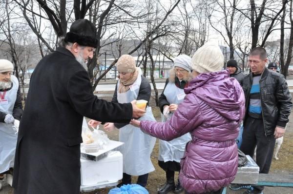 В Находке передвижная служба кормит бездомных на улицах горячими обедами