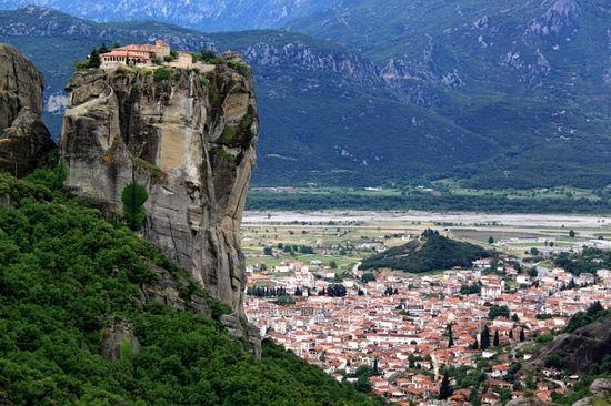 Греческие монастыри бросают вызов гравитации