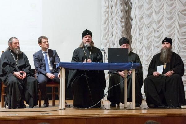 Архиепископ Егорьевский Марк во время доклада