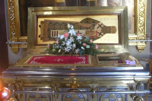 Мощи святителя Иннокентия Аля́скинского в Успенском соборе в Троице-Сергиевой Лавре