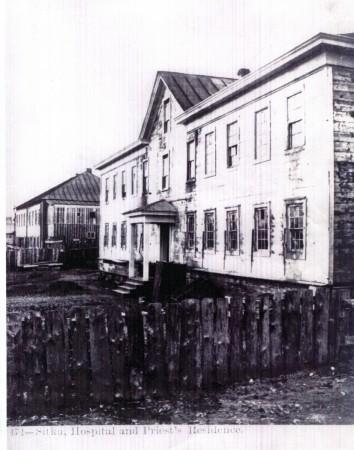 Ситка, бывший Новоархангельск. На переднем плане - Больница. На заднем - Дом Русского епископа
