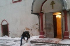 В Азербайджане мусульманская молодежь расчистила снег у христианского храма