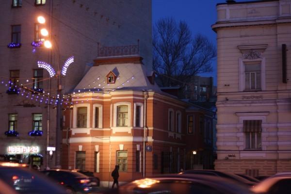 Odinokij_dom_Chehova_posredi_Moskvy