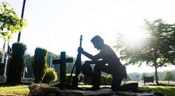Жители Северной Каролины выступили против удаления статуи солдата перед крестом