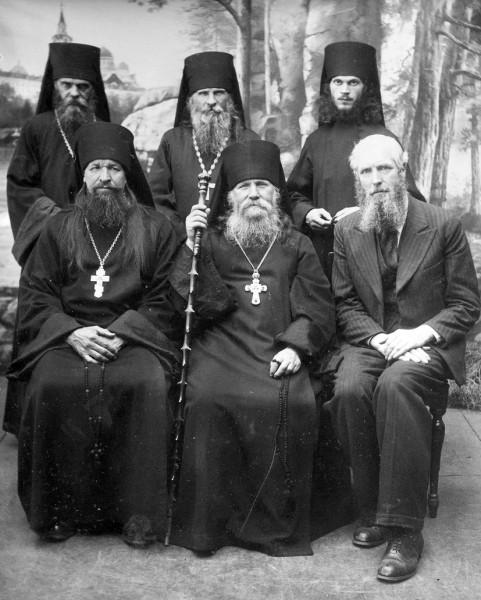 В центре сидит игумен Харитон, стоят справа налево: иеродиакон Марк (Шавыкин), иеромонах Тарасий (Титоров), иеромонах Лука (Земсков). Фото конца 1930-х гг.
