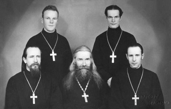 Нижний ряд справа налево: иеромонах Павел (Олмари), иеромонах Исаакий (Трофимов), иеромонах Пётр (Йоухки). Верхний ряд: справа стоит иеромонах Марк (Шавыкин). Фото первой половины 1940-х гг.