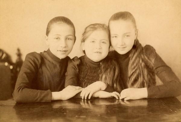 """В Москве проходит уникальная выставка-импровизация """"Три сестры"""""""