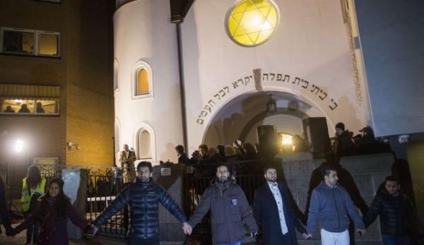 """Мусульмане образовали """"живое кольцо"""" вокруг синагоги в Осло"""