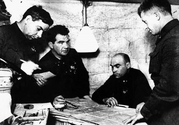 Командный пункт 62-й армии: начальник штаба армии Н. И. Крылов, командующий армией В. И. Чуйков, член Военного совета К. А. Гуров, командир 13-й гв. сд А. И. Родимцев, декабрь 1942.