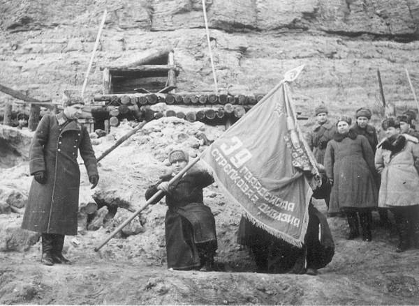 Командующий 62-й армией В. И. Чуйков вручает гвардейской знамя командиру 39-й гв. сд С. С. Гурьеву. Сталинград, завод «Красный Октябрь», 3 января 1943 г.