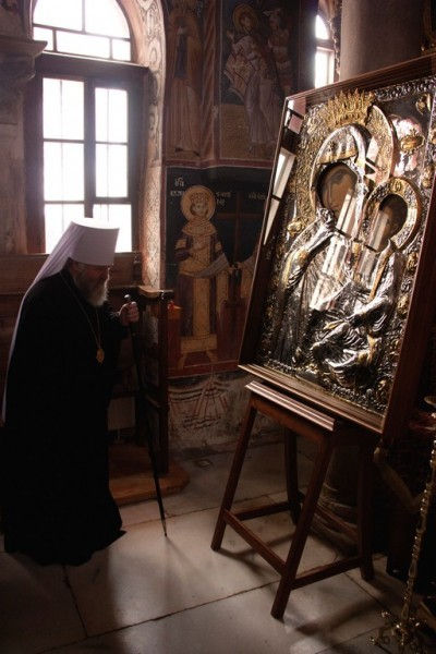 Митрополит Павел перед чудотворной иконой