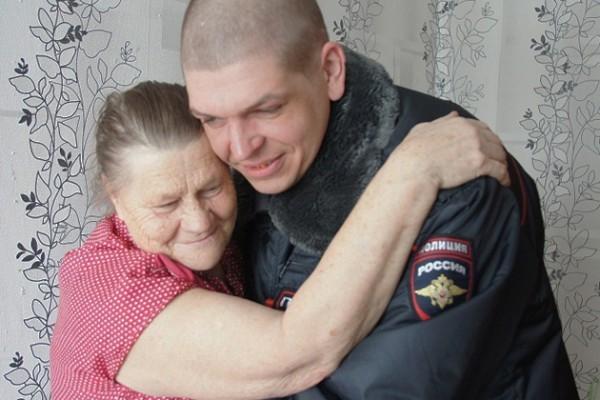 В Кузбассе полицейский вынес двух пожилых людей из огня