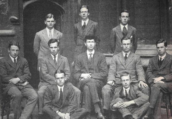 Льюис (последний ряд, справа) студент офскфордского Университетского колледжа, 1917 г.