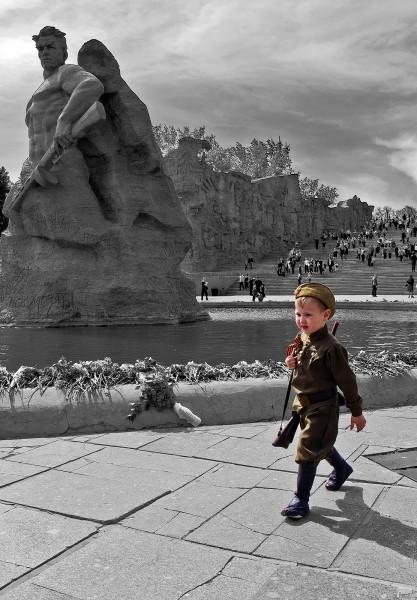 Правнук Сталинграда.  Есть такая добрая и хорошая традиция в День Победы 9 мая приходить на Мамаев Курган в городе Волгограде, что бы поклонится и почтить память людей, которые подарили нам жизнь. Люди приходят целыми семьями с детьми и внуками, чтобы возложить цветы и прикоснутся к героическому прошлому Российского народа. Так было и в этом году 9 мая 2014 года в день празднования 69-ой годовщины победы в Великой отечественной войне СССР над нацистской Германией.  Автор - Павел Бутенко
