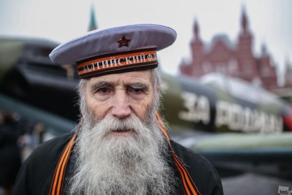 Ветеран войны Георгий Широков после марша, посвященного 73-й годовщине военного парада 7 ноября 1941 года, на Красной площади. Автор - Илья Питалев.