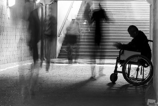 Забытый. Каждое утро, по пути на работу, в подземном переходе я вижу человека в инвалидной коляске с протянутой рукой. Мимо в полумраке проходят толпы, единицами замечая калеку... Подольск, Московской области. Автор - Дмитрий Ильин