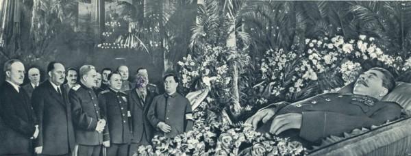 Руководители Партии и Правительства у гроба И. В. Сталина. Колонный зал Дома союзов 6 марта 1953. Лицо Берия на фото выцарапано