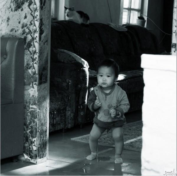 """С добрым утром! - фотосерия """"АГИНСКИЕ БУРЯТЫ"""". Малыш проснулся, самостоятельно слез с кроватки и пошел на кухню. Автор - Сергей Доржиев"""