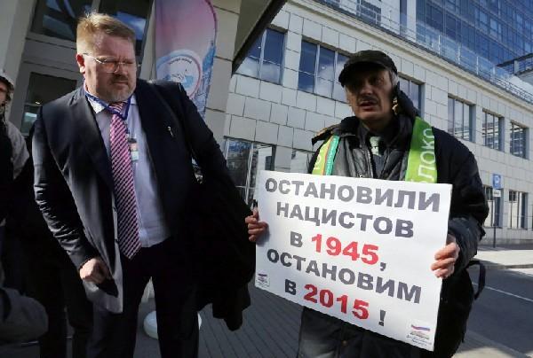 Активисты протестуют против проведения в Санкт-Петербурге форума сторонников правых идей. Фото dp.ru
