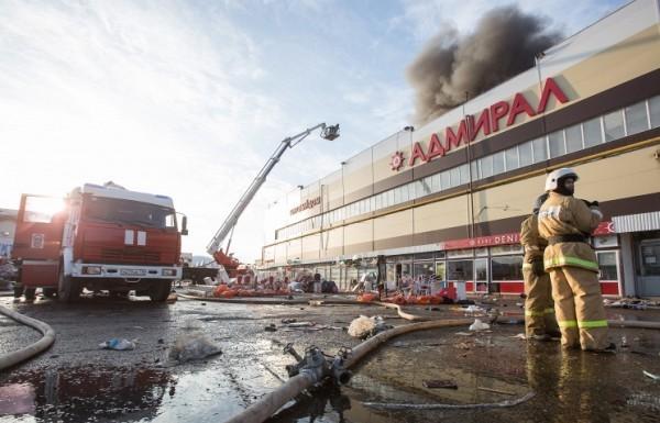 25 человек могут оставаться под завалами сгоревшего торгового центра в Казани
