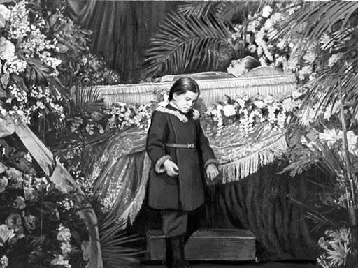Дочь Сталина Светлана Аллилуева у гроба отца, 9 марта 1953 г.