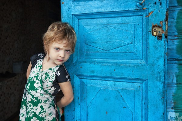 """""""Ну и чего она не вылетает?!"""" Многодетная чеченская семья из города Углич разрешила себя поснимать, но взгляд притягивала маленькая девочка, с не погодам взрослым взглядом. Автор - Алексей Скалин"""