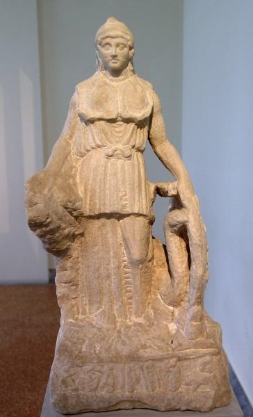Афина Ленорман. Копия одной из работ Фидия Пример постепенной конкретизации скульптурного изображения к верхней части. Фото Википедия.