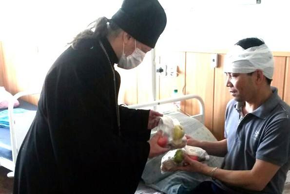 Православные священники оказывают помощь пострадавшим при пожаре в Казани