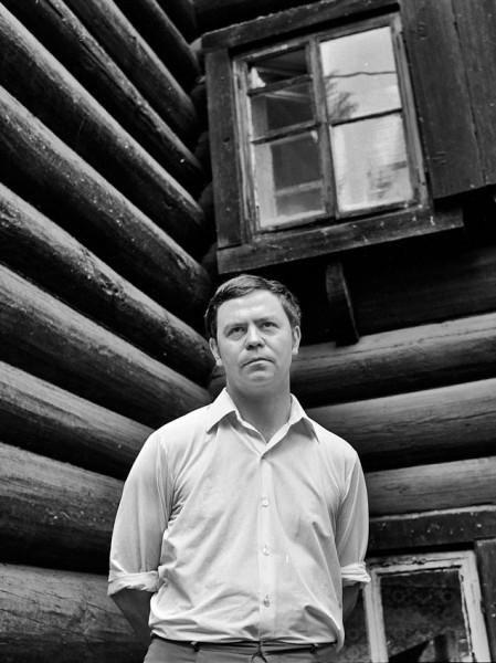 Валентин Распутин. Дом на берегу Ангары, 1970-е годы. Фото Бориса Дмитриева