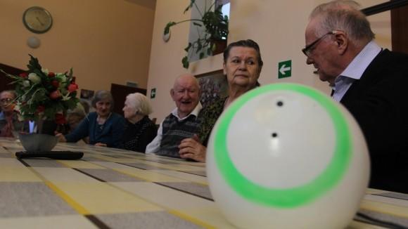 Одиноким пенсионерам предлагают общаться с говорящим роботом