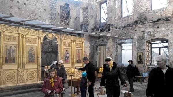 В Донецке пасхальное богослужение прошло в разрушенном от артобстрела храме