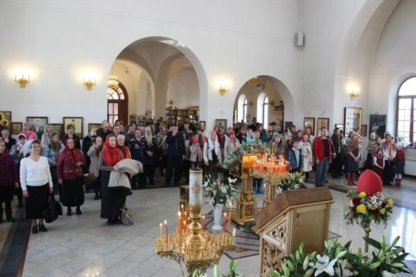 Божественная литургия в день Воскресения Христова в храме всех святых в земле Российской просиявших