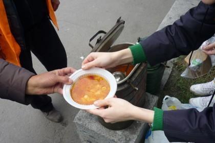 При храмах Горловской епархии начали раздавать благотворительные обеды для жителей города