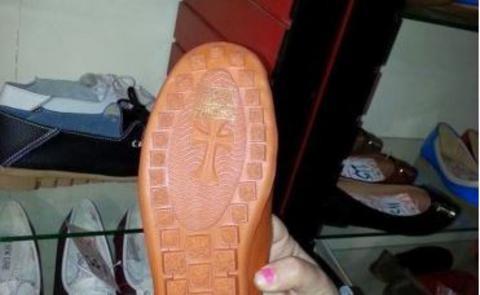 Элладская Православная Церковь осудила обувь с крестом на подошве