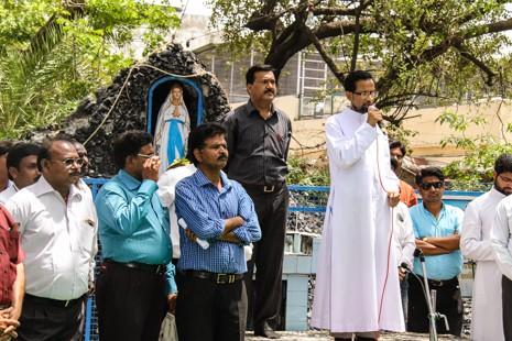 Вандалы в Индии завязали ошейник на шее образа Девы Марии