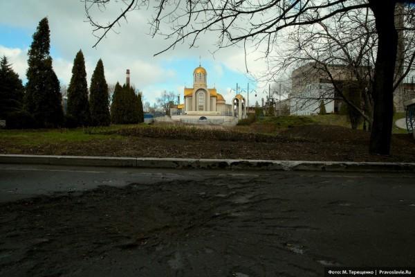 Храм свт. Игнатия Мариупольского. В феврале на проходную завода, где находится храм, упал снаряд, двое людей погибли